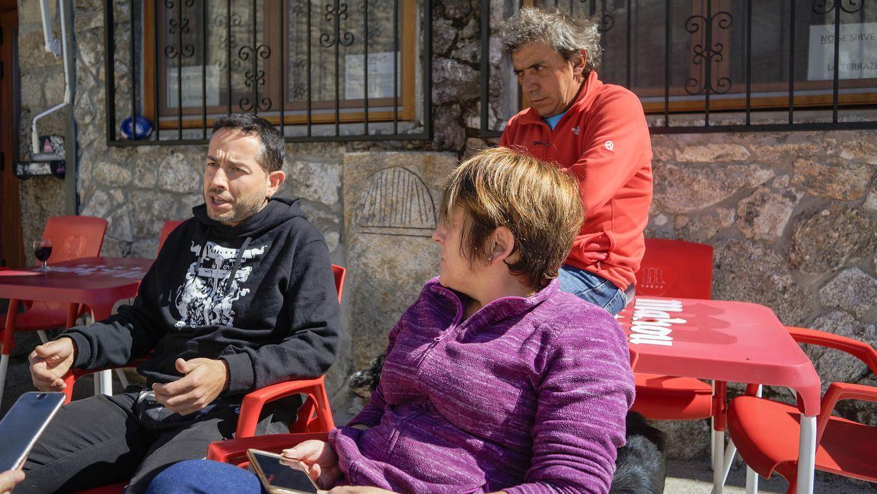 Porto xa non quere ser galego.Un grupo de niños observa el paso de los cientos de personas que participan este lunes en la marcha a pie desde la planta de Vesuvius en Riaño hasta el Ayuntamiento de Langreo para protestar contra la desindustrialización de las cuencas mineras