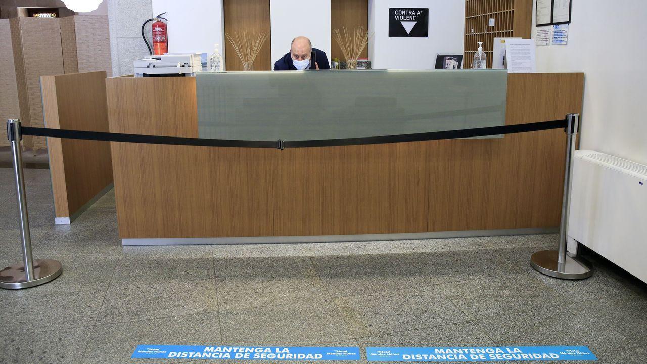 La recepción del hotel Méndez Núñez, reabierto al público en su edificio de la calle de la Reina, en Lugo