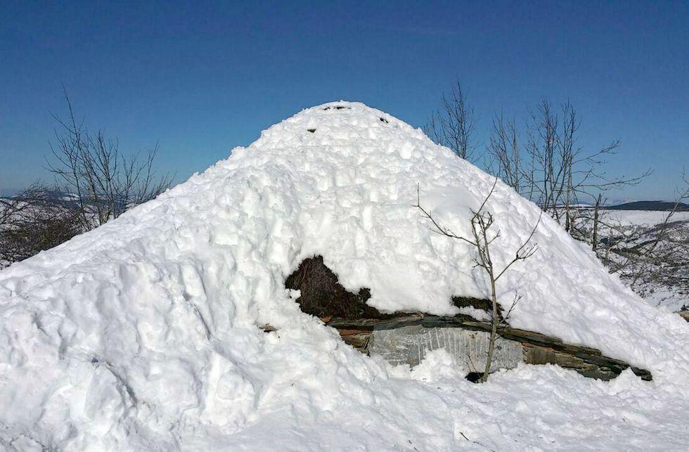 Pisadas de todos los tamaños en la palloza de Galán, que la nevada dejó casi a ras de suelo.
