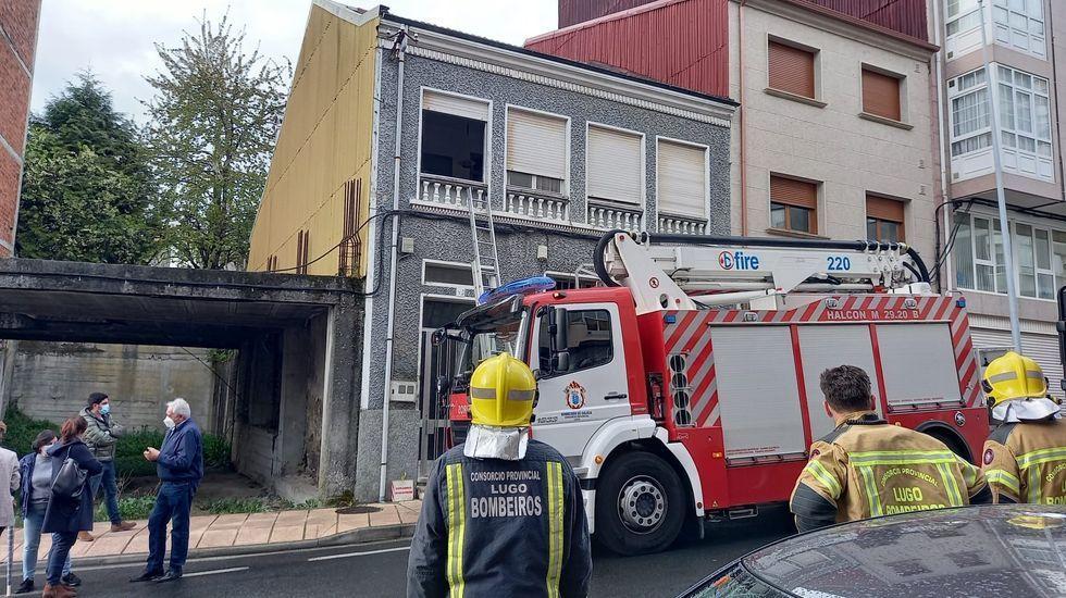 Los bomberos entraron por una ventana para abrir la casa de la avenida de Lugo en la que viven las dos mujeres