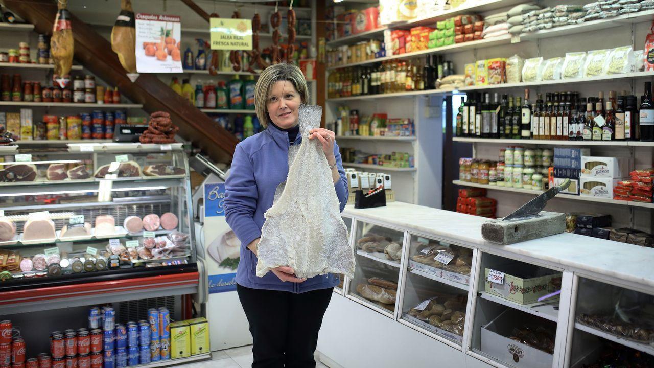 El riojano. Fue en 1896 cuando un vecino La Rioja abrió un pequeño ultramarinos en A Coruña. «Los jóvenes están regresando a las tiendas de barrio», destaca Isabel Anidos. Pertenece a la tercera familia que se hace cargo del negocio.