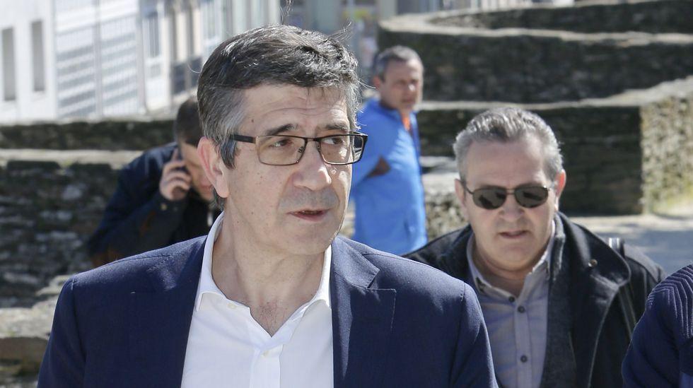Patxi López defiende desde Lugo la unidad del PSOE para «evitar el choque de trenes».Amelia Fernández, alcaldesa de Carreño