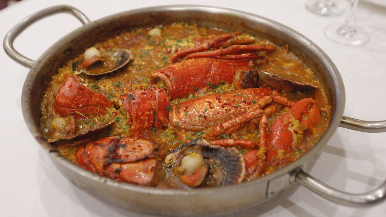 El plato estrella: Arroz con bogavante. Los arroces de calidad suprema y las buenas piezas de bogavante constituyen los dos ingredientes básicos. Pero la diferencia la establece un fondo de verduras, en la que dominan los pimientos y la cebolla, y un fumet de pescado.