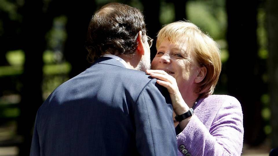Rajoy muestra Santiago a Merkel.Un grupo de peregrinos circulando por el tramo del Camino que hoy recorrerán Rajoy y Merkel y que ayer peinaba la policía.