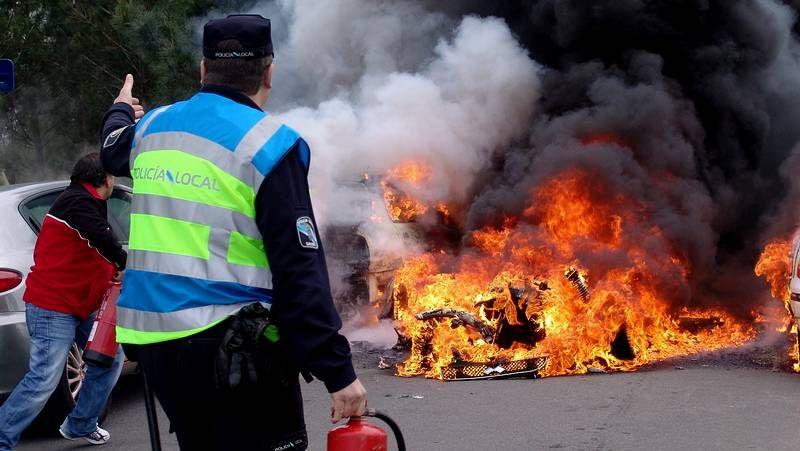 El fuego se extendió a otros cuatro turismos.La marca Nissan, representada por Autos Lobelle, ha sido la última en caer en Santiago.
