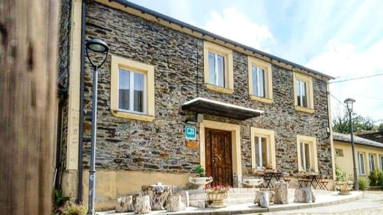 El albergue turístico de Folgoso se encuentra en un edificio que anteriormente sirvió como casa consistorial y como colegio público