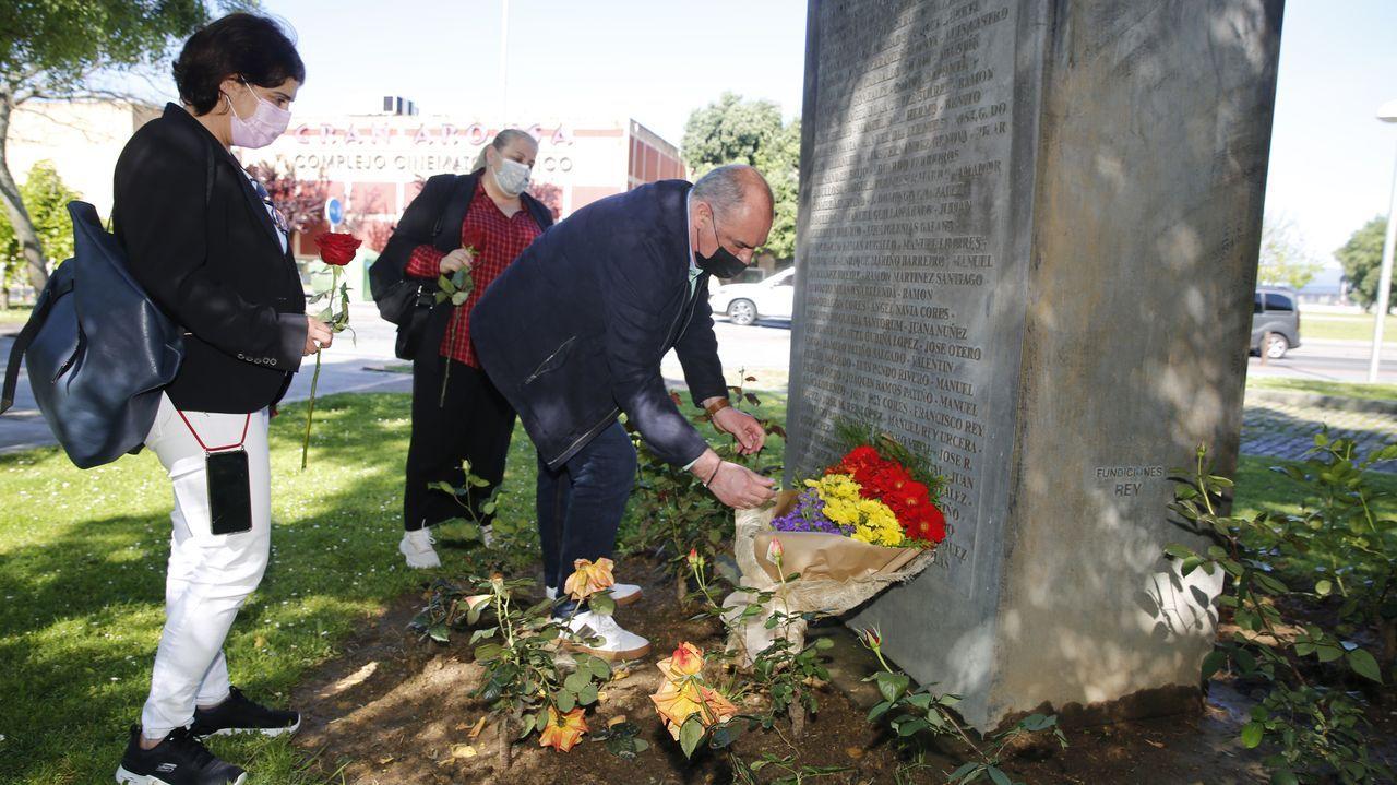Homenaxe a República no monumento das Rosa Rotas en Vilagarcía.El grupo provincial socialista visitó Beade (en la imagen, en la Rúa do Caudillo)