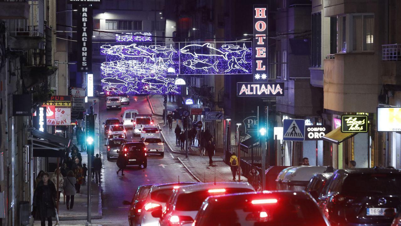 La distribución de la iluminación de Navidad en los barrios de Ourense, en imágenes