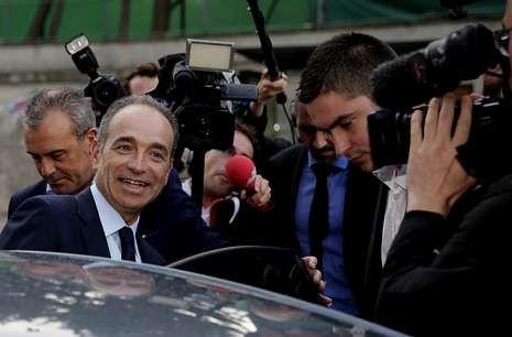 Jean-François Copé entra en su vehículo después de participar en un programa de TF1.