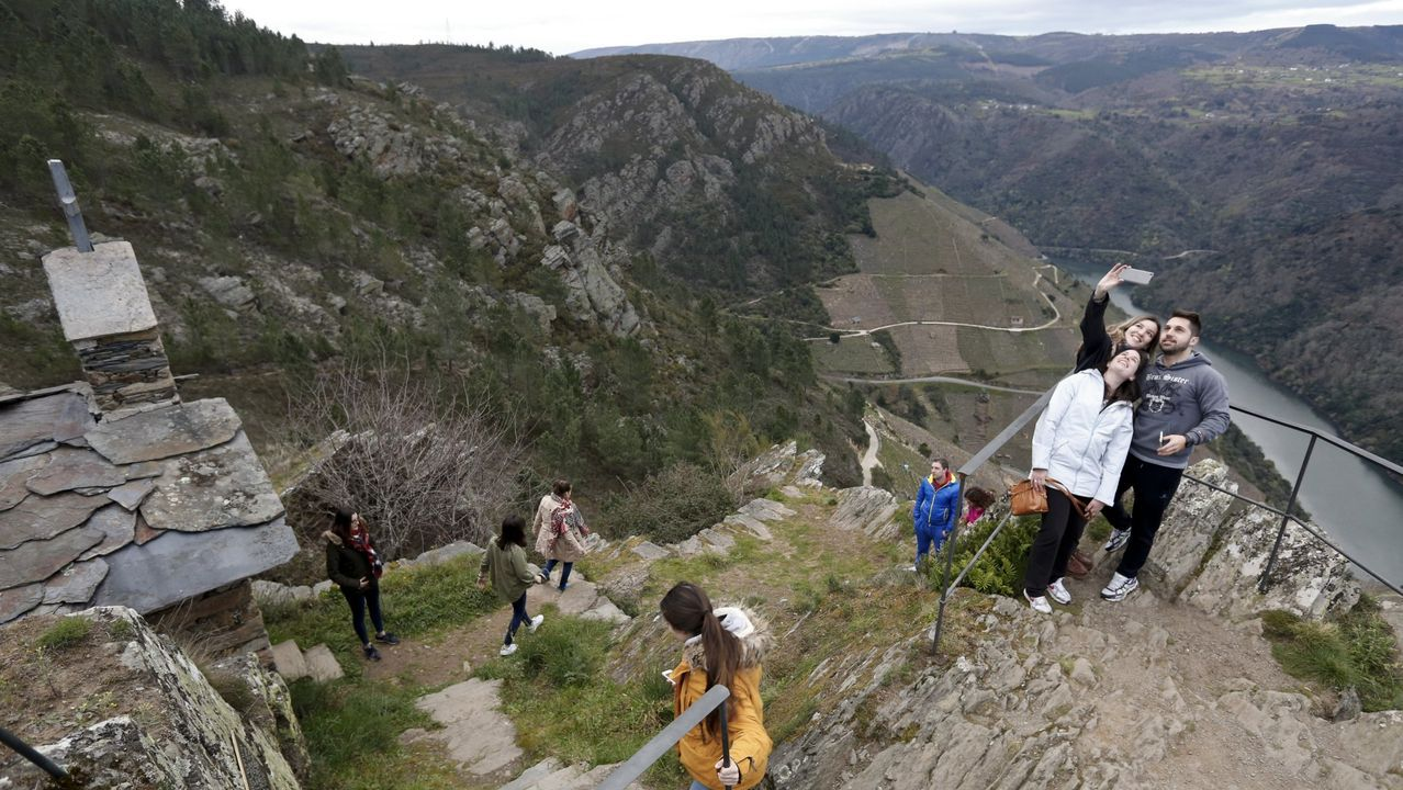 Un grupo de turistas en el mirador de Pena do Castelo, en el municipio de Sober