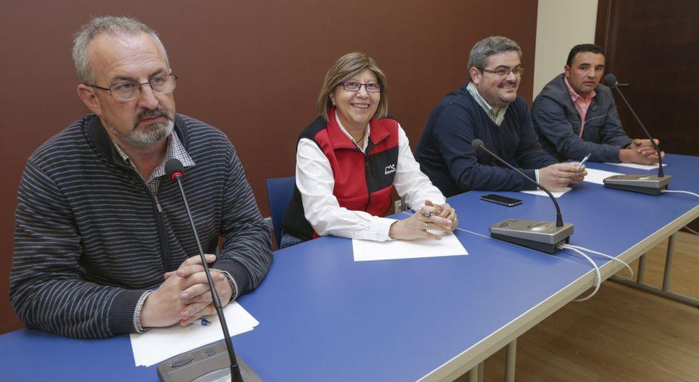 Rosa Quintana estuvo en Laxe para debatir con los armadores sobre la problemática del puerto.