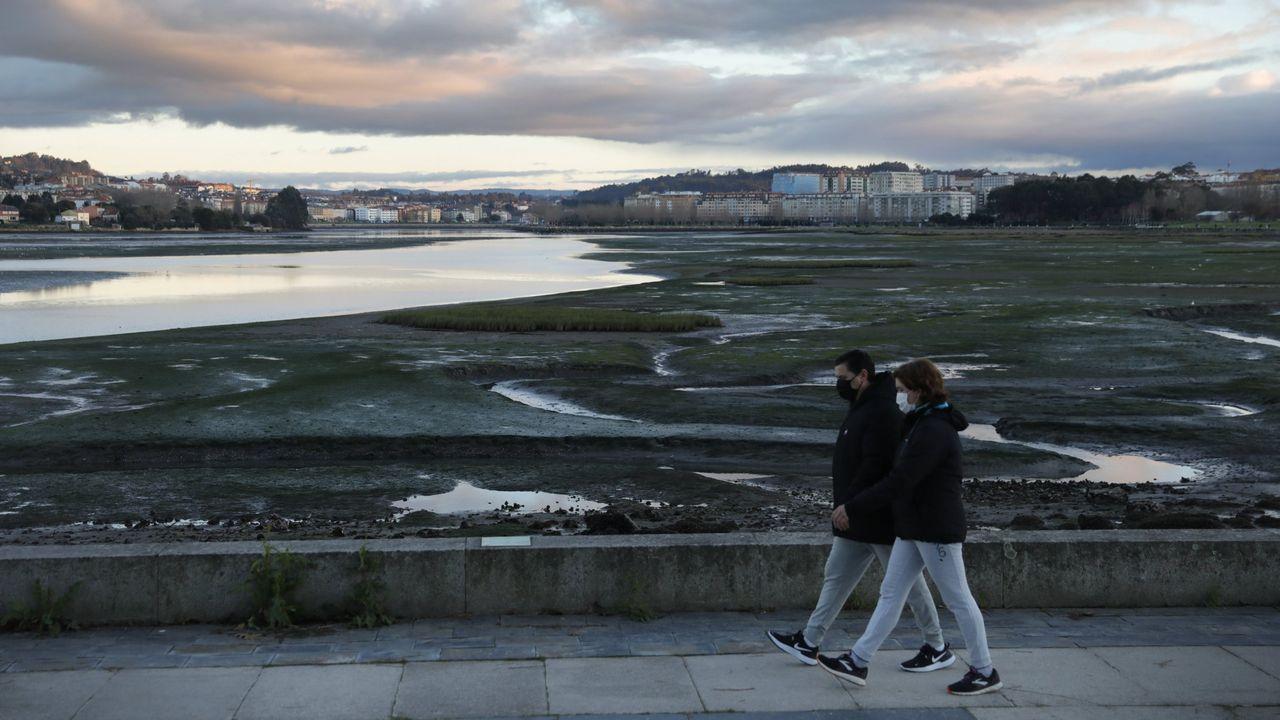 Colas en el centro de salud de Carral por un nuevo cribado masivo.Terrazas llenas en el centro de A Coruña en el primer sábado de la desescalada tras la tercera ola de la pandemia