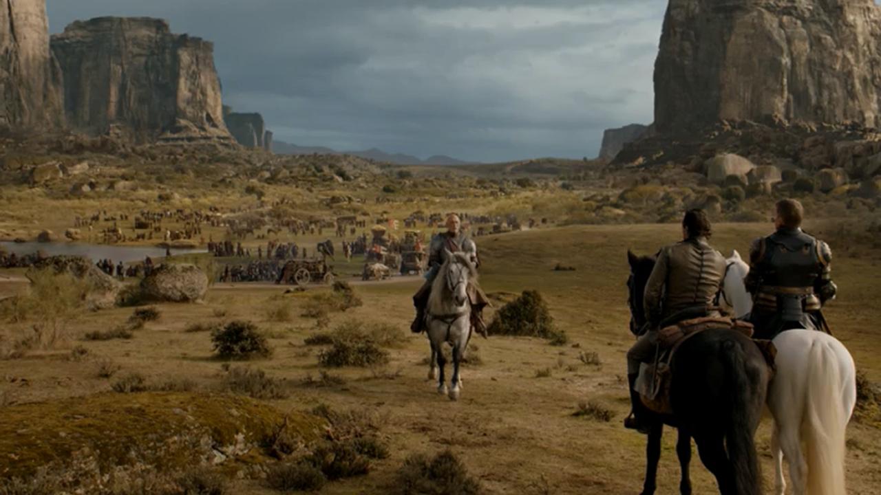 Batalla entre los Dothraki y los Lannister.Un manifestante sostiene una bandera de EE.UU. delante de otros que agitan una bandera confederada y otras banderas vinculadas a la supremacía blanca