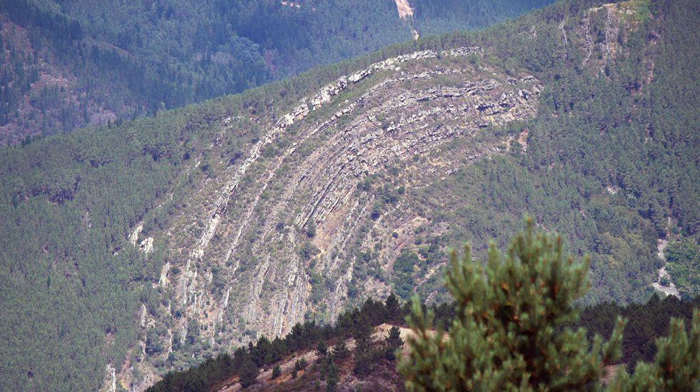 Una vista de la formación geológica -situada en territorio de Quiroga- desde el monte Cerengo, ubicado en el vecino municipio de Ribas de Sil
