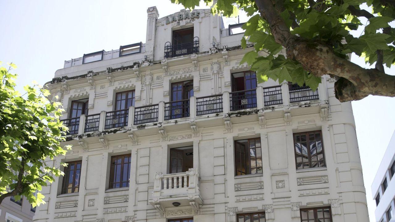 labase.O traballo de rexeneración ocupou dous anos, nos que houbo que levantar os planos do edificio modernista, cheo de detalles, como as flores dos balcóns, que tiveron que pintar á man sobre papel vexetal co obxectivo de volver ao deseño primixenio de Julio Galán