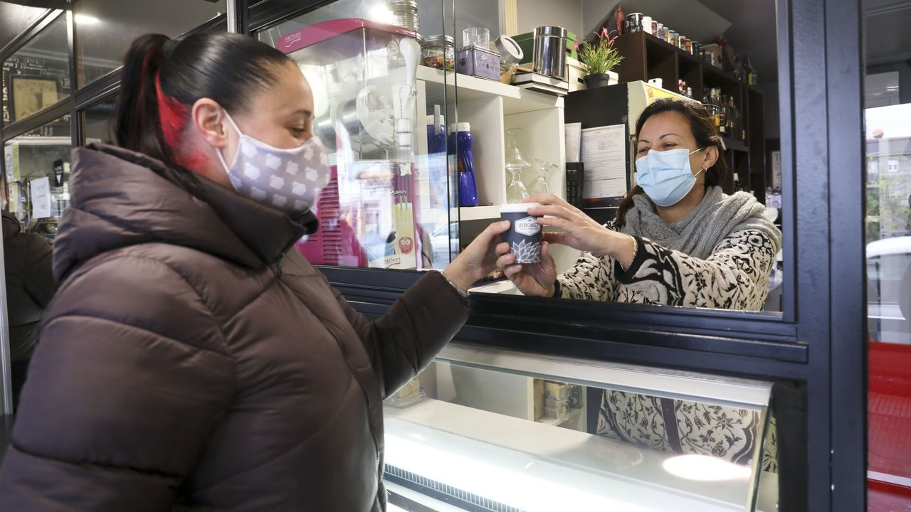 Fátima, de Dolche Café, en Bembibre (Val do Dubra), entrega un café para llevar a una clienta