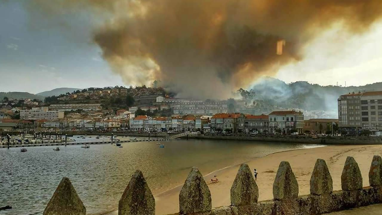 Las llamas cercan Baiona. El fuego ha sido decretado de nivel 2, con riesgo para la población