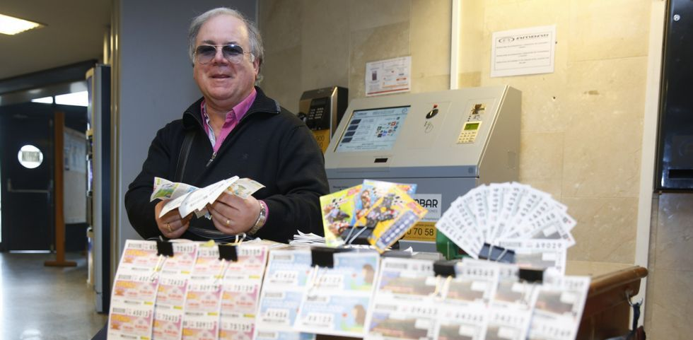 José Manuel Magariños, en su puesto de Montecelo, donde además de vender ejerce de auténtico servicio de información.