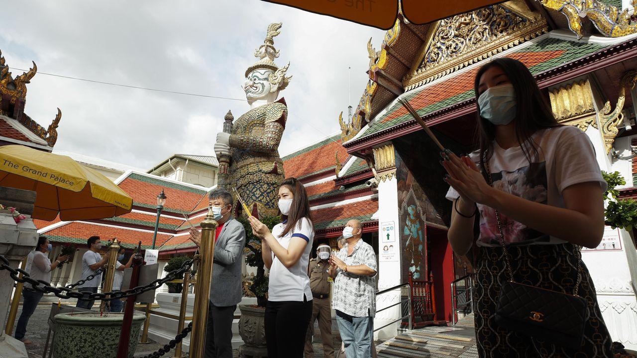 Devotos oran en un templo de Bangkok