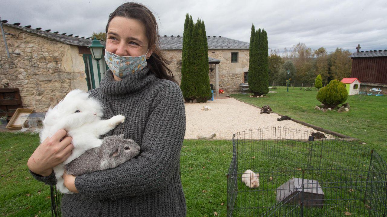 La presidenta de la AGAE con dos animales en adopción