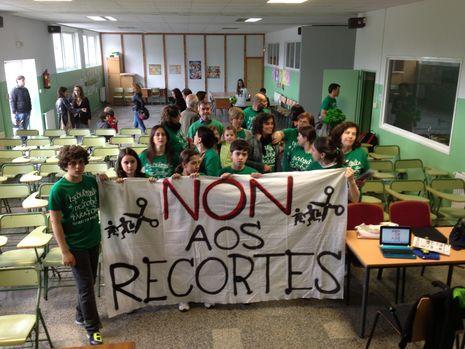Los primeros participantes en el encierro, tras una pancarta