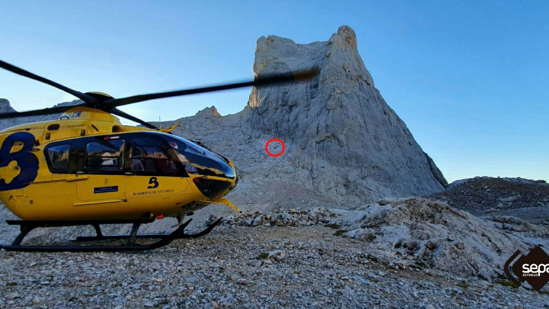 En el círculo rojo, el lugar en el que se encontraba el escalador accidentado, en la cara sur del Uriellu