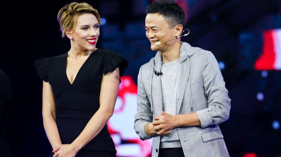 La actriz Scarlett Johansson, junto al presidente de Alibaba, Jack Ma, durante la gala de presentación del evento