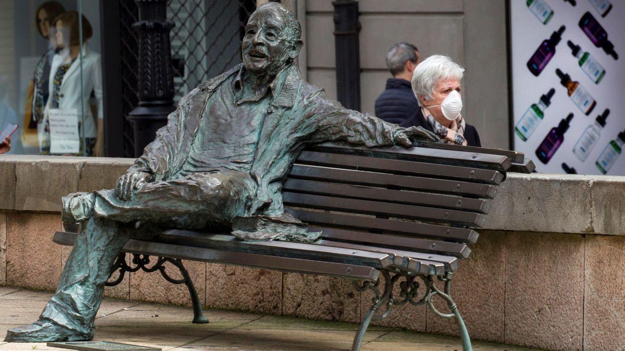 Concierto San Mateo.Una mujer con una mascarilla en una calle de Oviedo.