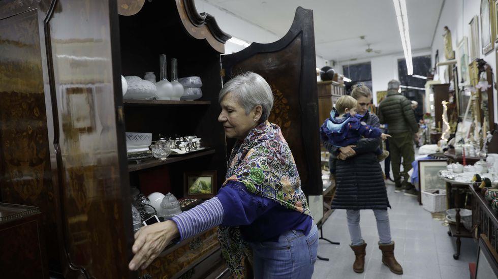 Isabel Ruiz, con uno de los imponentes muebles, en este caso un armario holandés del siglo XIX