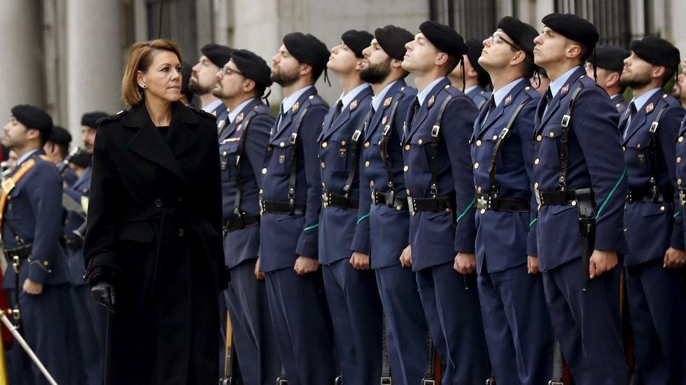 Imagen de archivo con la ministra de Defensa pasando revista