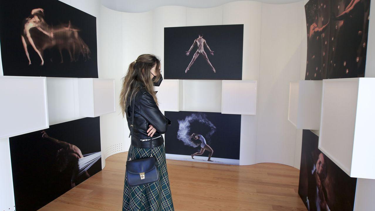 «A Danza no Tempo» se puede visitar en la sala de exposiciones de la Domus hasta finales de mes.