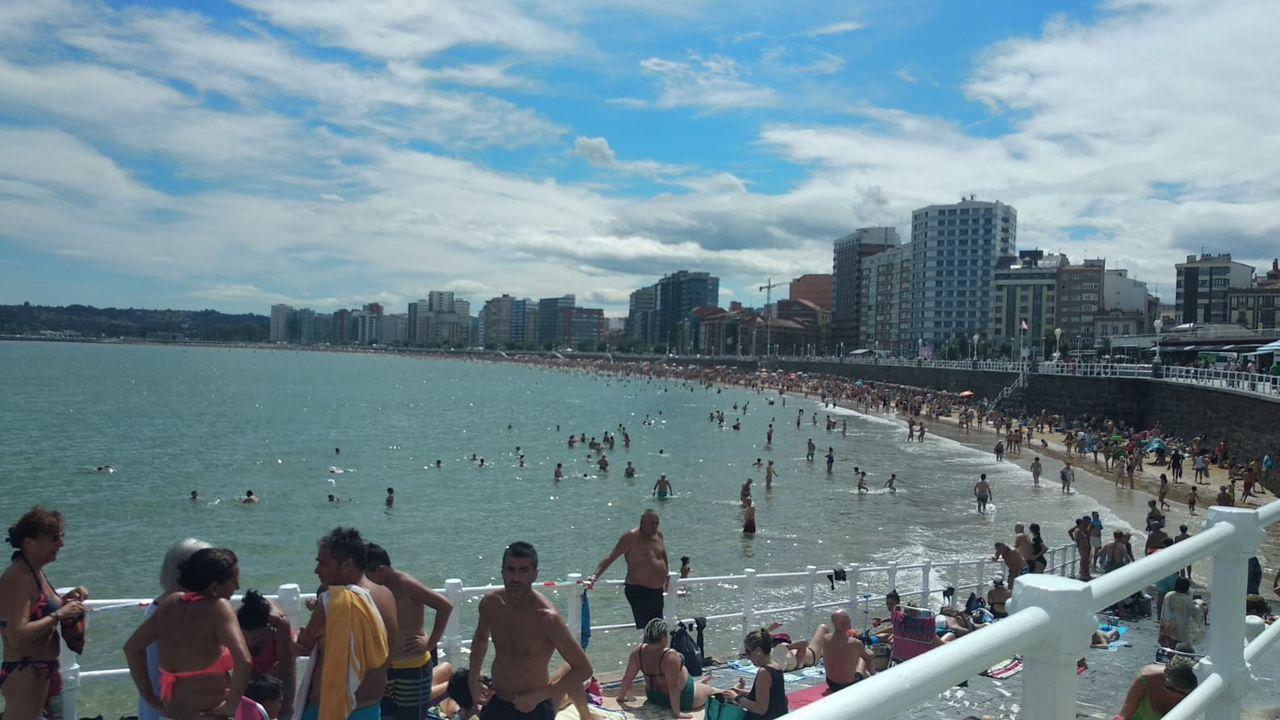 Tormenta veraniega sobre Oviedo.Playa de San Lorenzo a rebosar por la altas temperaturas