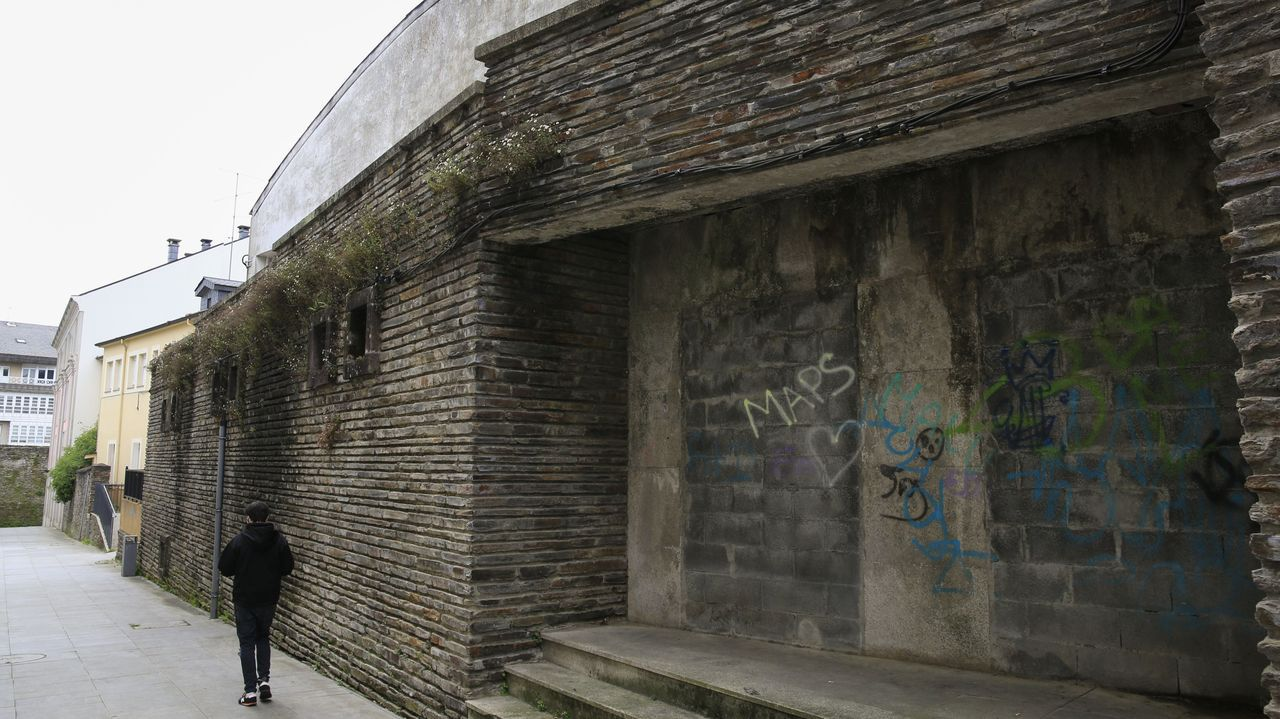 El acceso al pabellón de la OJE está tapiado desde hace años