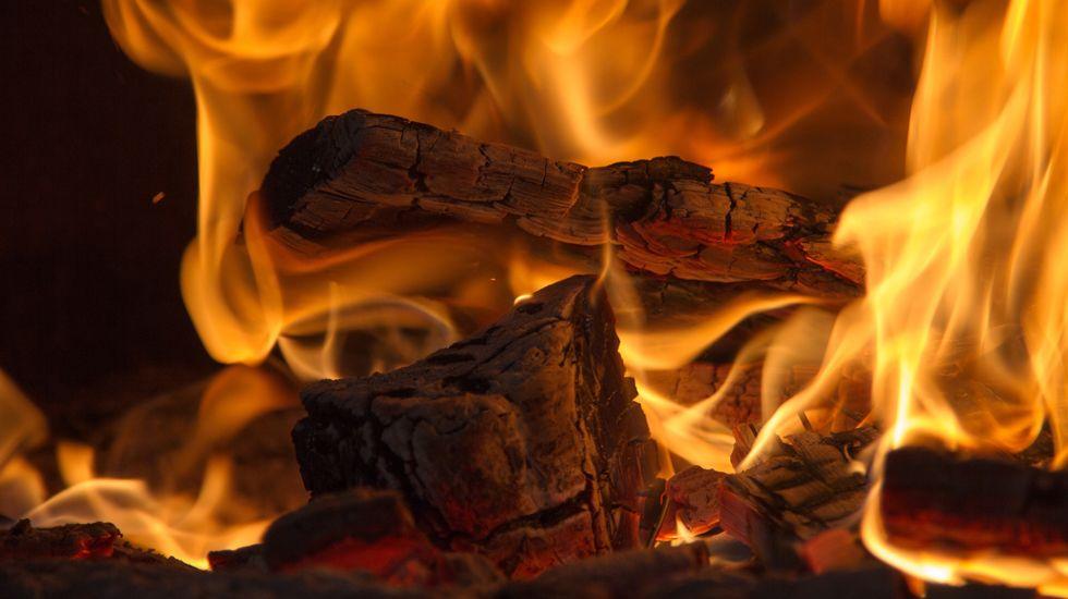 Fuego en el interior de una chimenea.Fuego en el interior de una chimenea