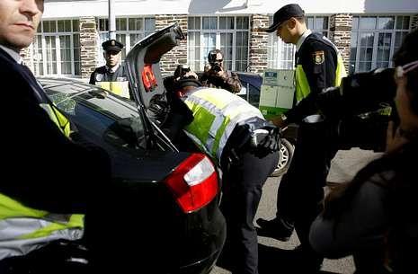 Agentes de la policía se incautaron de gran cantidad de documentos en el consistorio de Castro.