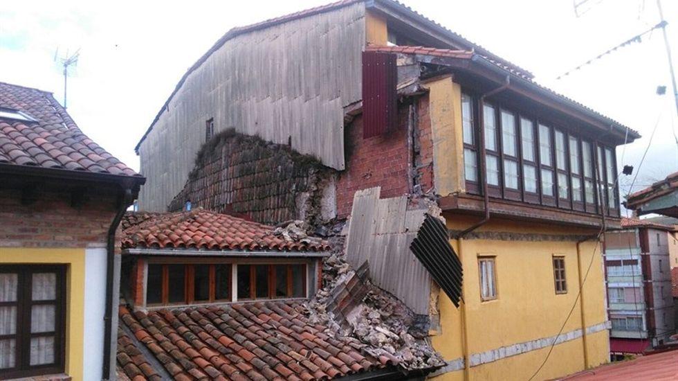 La diputada socialista y exalcaldesa de Llanes, Dolores Álvarez Campillo.El edificio semiderrumbado en Llanes