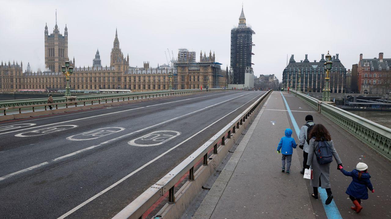 Una familia pasea por el centro de Londres