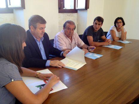 Los miembros de Castrodanta, el gerente del Inorde y el alcalde en la firma
