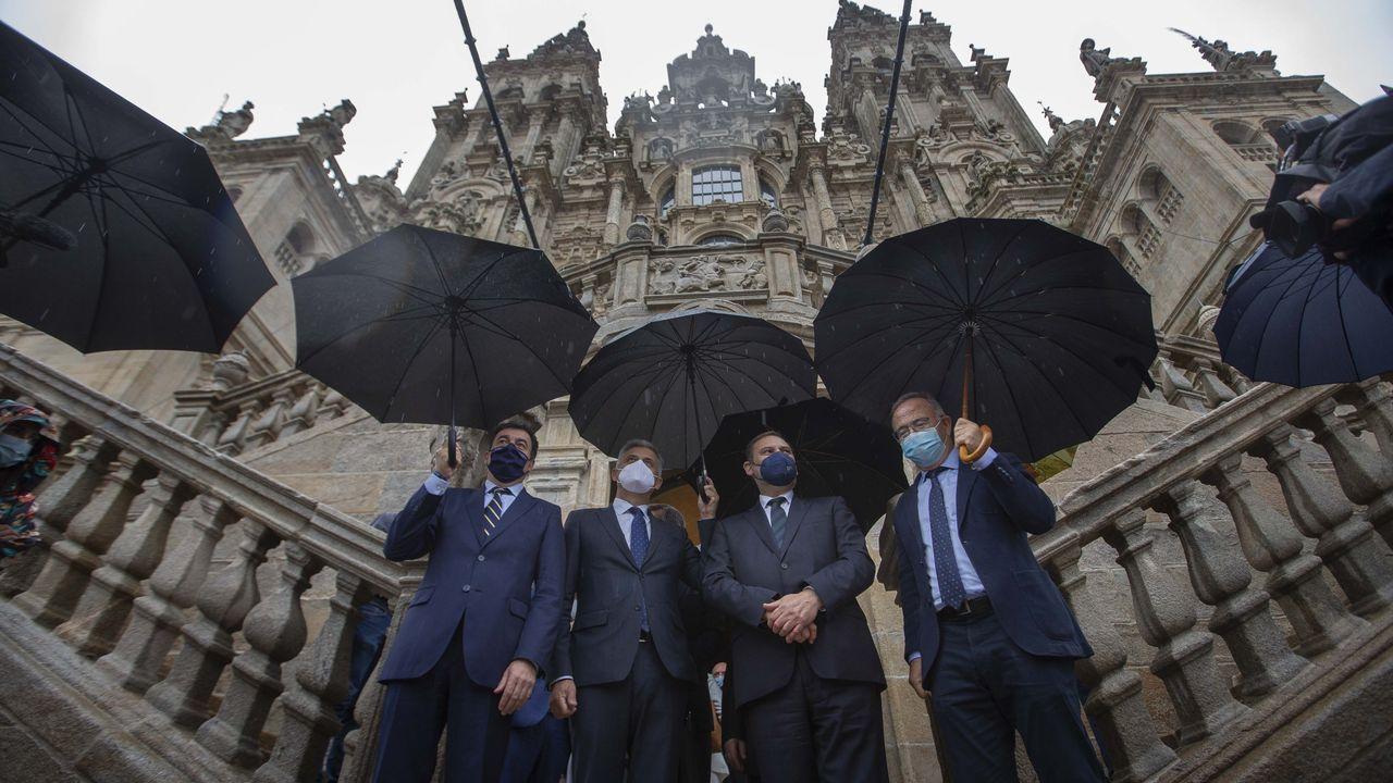 Ábalos, en el centro, durante la visita esta mañana a las obras de la Catedral de Santiago