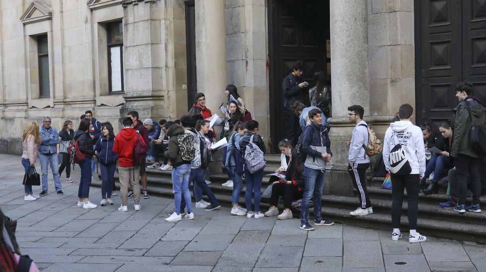 Alumnos a la puerta de la facultad de Medicina antes del primer examen de selectividad de este año