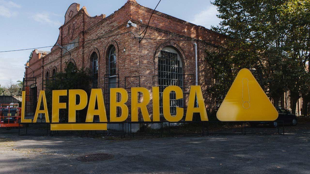 Cartel de acceso a la Fábrica de Armas, de la Fundación Princesa de Asturias