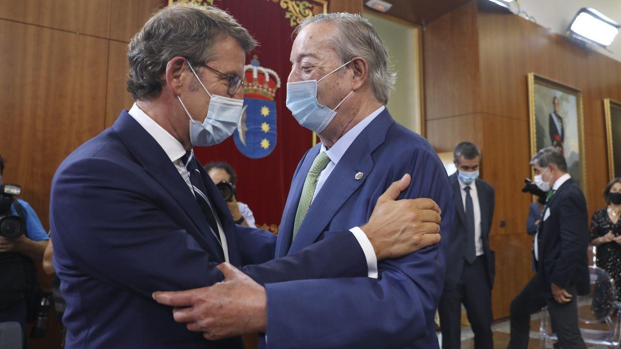 El presidente y editor de La Voz de Galicia, Santiago Rey Fernández-Latorre, saluda al presidente de la Xunta, Alberto Núñez Feijoo