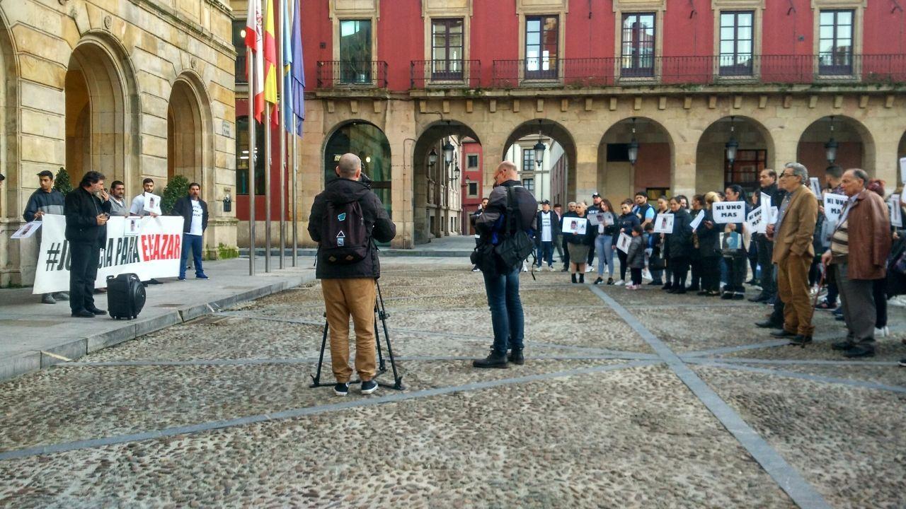 Las imágenes de la mansión okupada en AZapateira.La concentración para pedir Justicia por Eleazar, ayer, en la plaza Mayor
