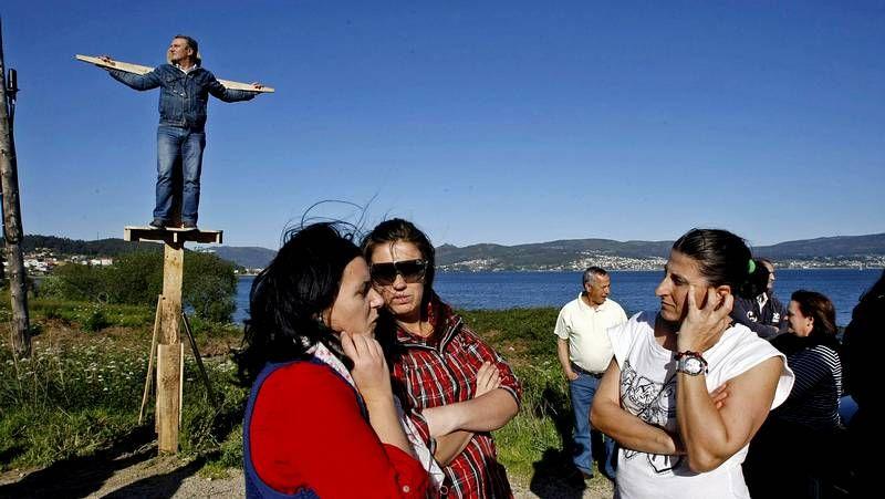 El alcalde de Vilaboa se sube a la cruz.Pasadas las siete de la tarde, tocó volver a subirse a la cruz.