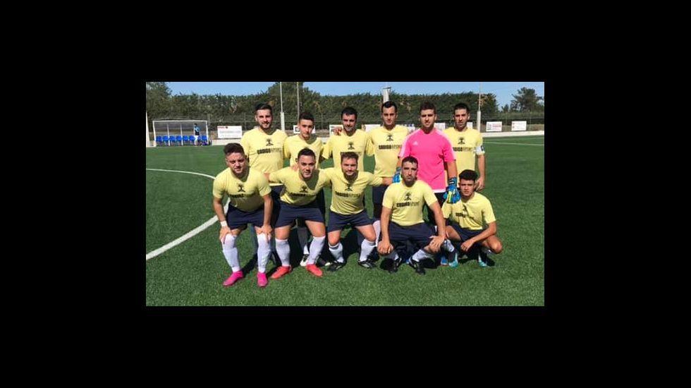 Gol Edu Cortina Vetusta Gimnastica Torrelavega.Yoel Bárcenas y Carlos Hernández pugnan por un balón