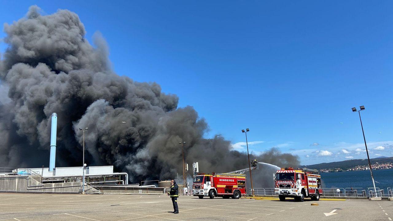 Impresionante incendio en las instalaciones de la conservera Jealsa, en Boiro