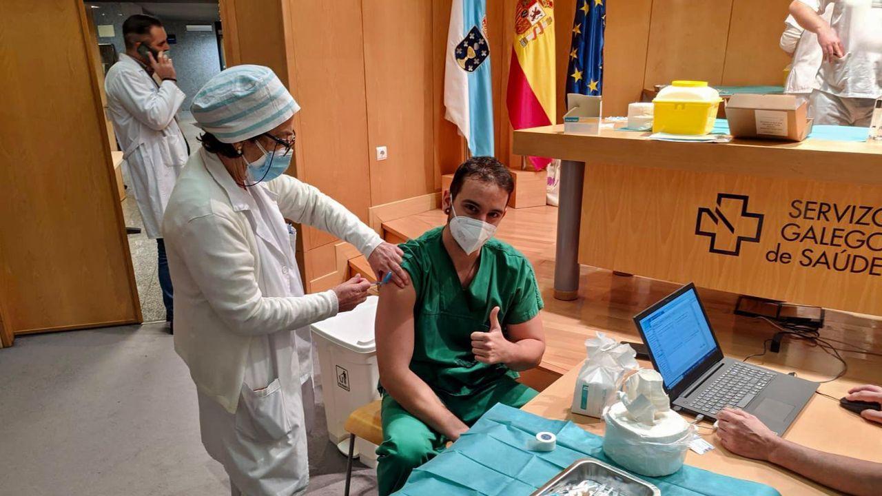 Así se está desarrollando el cribado de O Vao.Anxo Abal Domínguez, enfermero de la uci de Montecelo, primer sanitario en vacunarse contra el covid en Pontevedra