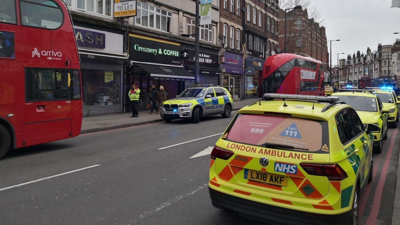 Vehículos policiales y de asistencia médica, en la zona donde se produjo el suceso