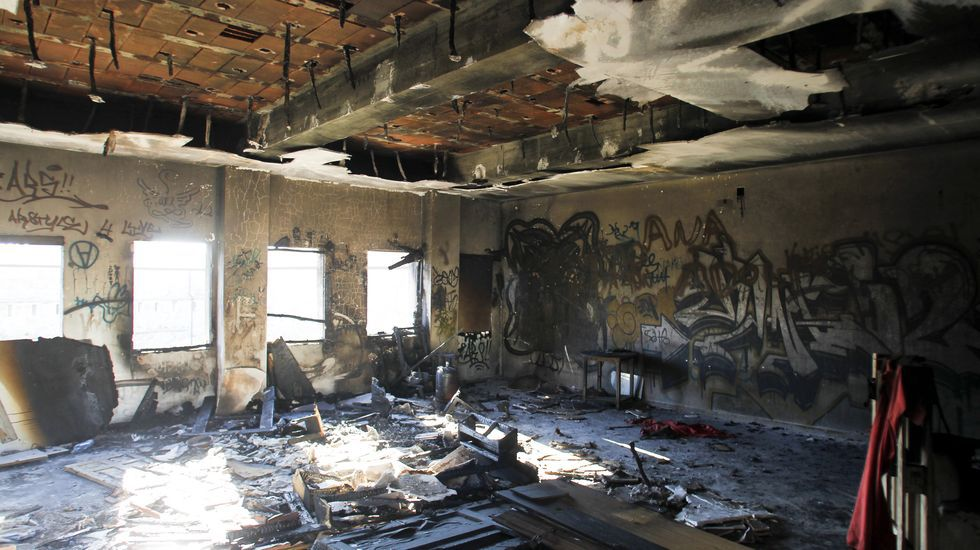 Las ruinas del edificio okupado del Sánchez Aguilera.Agentes de la Policía Local controlando el pasado verano la zona peatonal del Cantón
