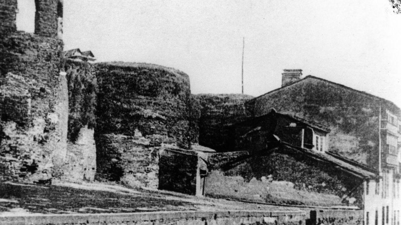 Imagen de archivo de las casas adosasdas a la muralla
